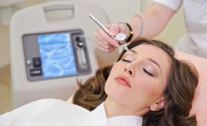 фото девушки на приёме у врача-косметолога