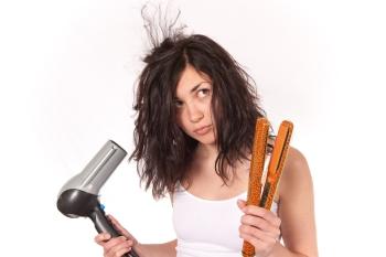 Девушка с феном и плохими волосами